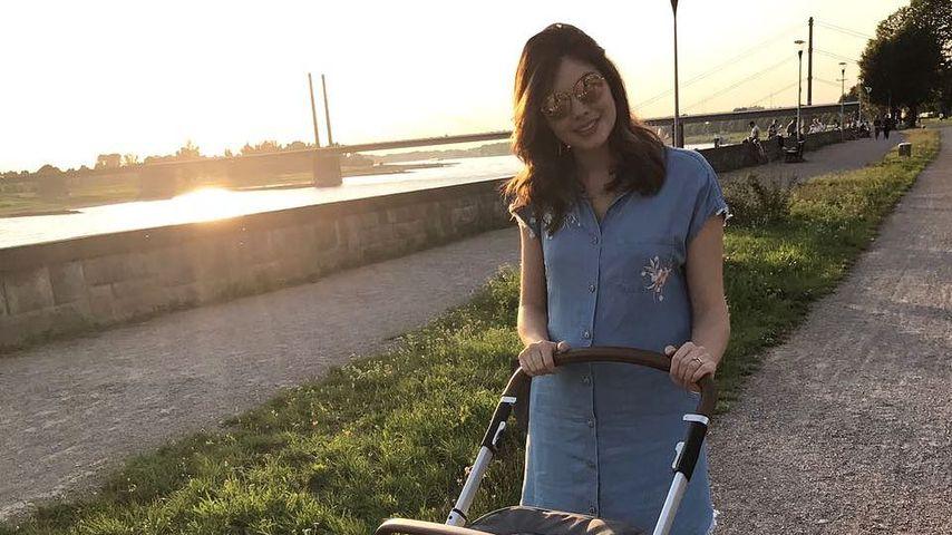 Süßer Mama-Tochter-Walk: Ira Meindl führt ihr Baby aus!