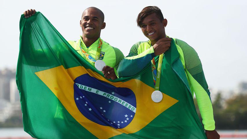 Isaquias Queiroz Dos Santos und Erlon De Souza Silva (l.) beim der Silbermedaillen-Vergabe in Rio