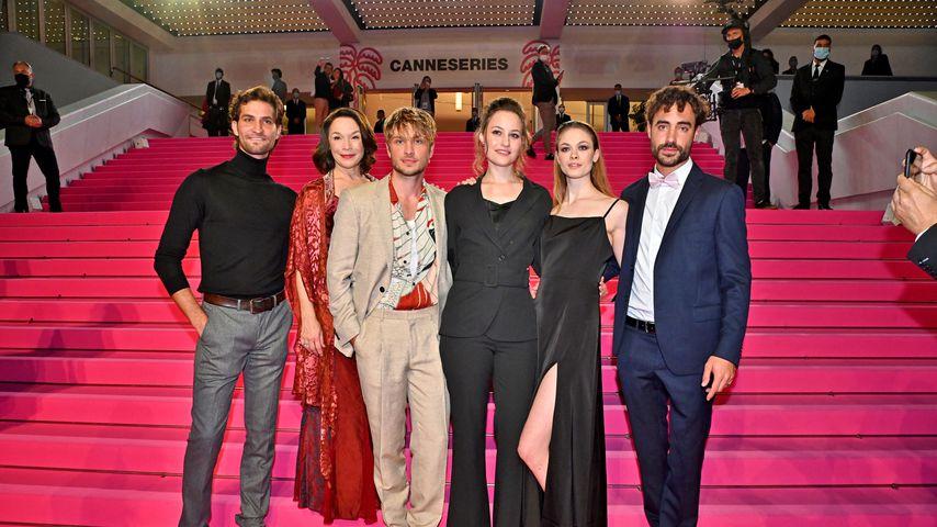 """Jannik Schümann mit dem """"Sisi""""-Cast im Oktober 2021 in Cannes"""