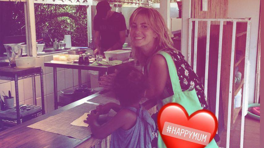 Jasmin Tawil mit ihrem Sohn Ocean im Restaurant