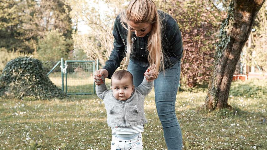 Mama Jenefer Riili stolz: Ihr Sohn Milan kann schon stehen