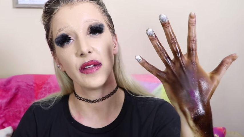 Jenna Marbles mit ihrer gebräunten Hand