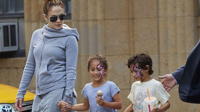 Mit ihren Kids unterwegs: J.Lo überrascht im Schlabberlook