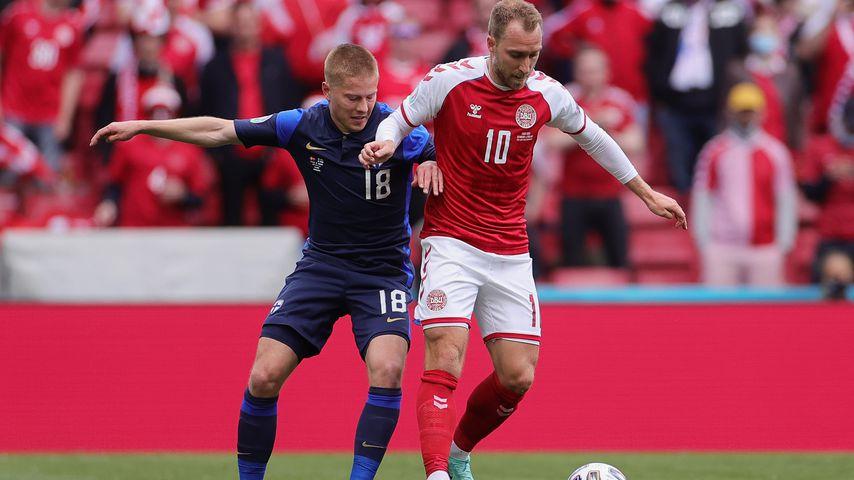 Jere Uronen und Christian Eriksen beim EM-Spiel Dänemark gegen Finnland