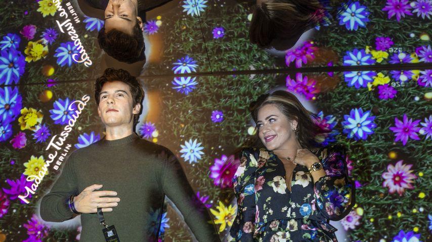 Jessica Paszka (rechts) mit der Wachsfigur von Shawn Mendes im Madame Tussauds Berlin