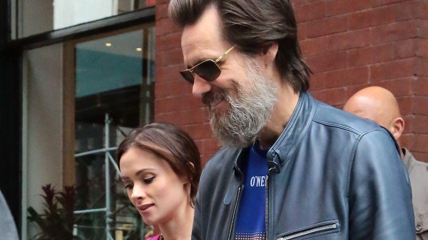 Jim Carrey und Cathriona White Hand in Hand