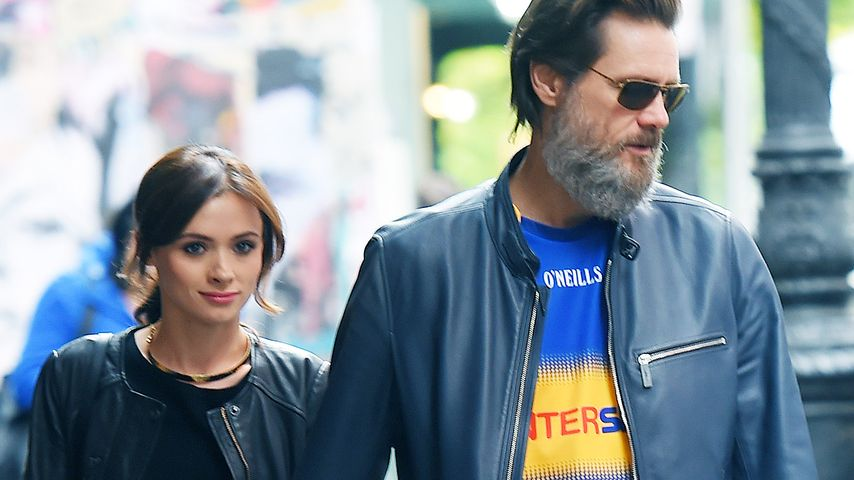 Jim Carrey und Cathriona White Hand in Hand