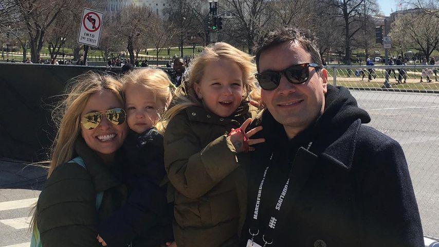 Jimmy Fallon mit seiner Ehefrau Nancy Juvonen und den Kindern Frances (l.) und Winnie