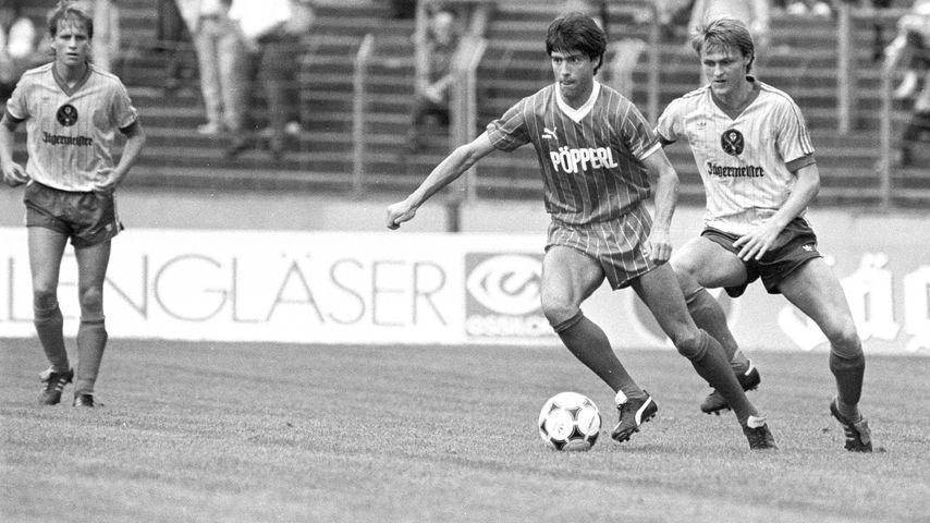 Joachim Löw (am Ball) beim Spiel des FC Freiburg gegen Eintracht Braunschweig im Juli 1986