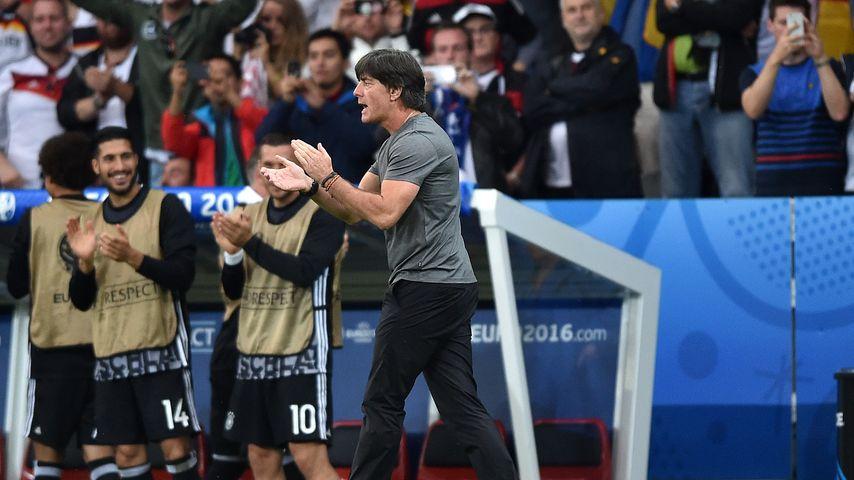 Jogi Löw applaudiert bei der EM 2016
