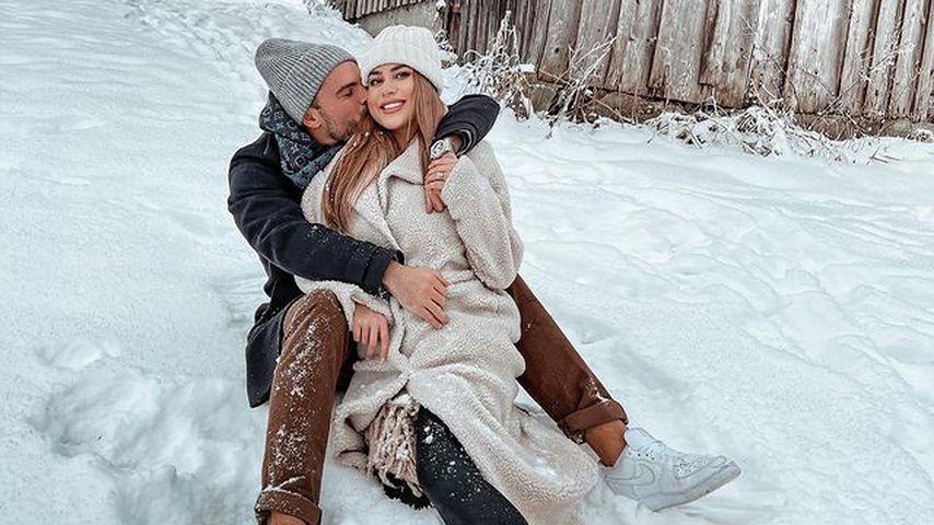 Johannes Haller und Jessica Paszka kuscheln im Schnee