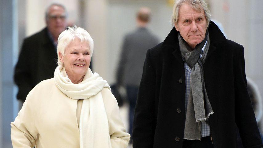 Judi Dench und ihr Freund David Mills am Flughafen in New York