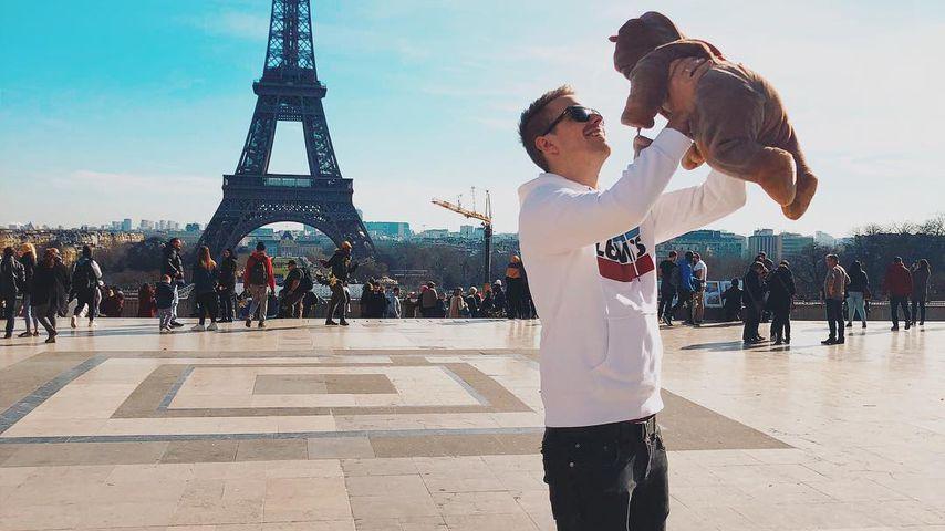 Julian Claßen mit seinem Sohn vorm Eiffelturm im Jahr 2019