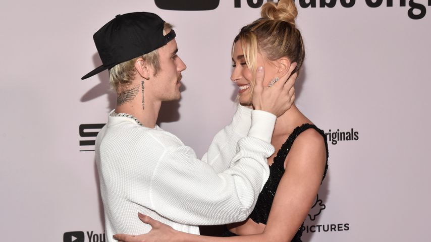 Justin Bieber und seine Frau Hailey auf einem roten Teppich