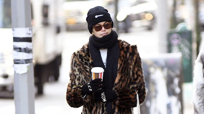 Dick eingekuschelt: Welches Model schlendert hier durch NYC?