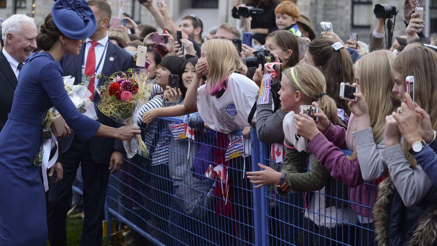 Kate Middleton während ihrer royalen Reise durch Kanada im Gespräch mit Kindern