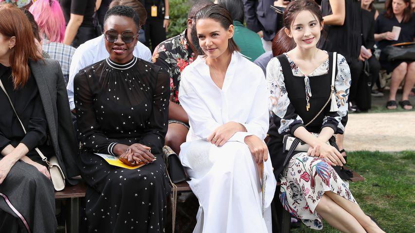 Katie Holmes neben Danai Gurira und Coulee Nazha auf der Tory Burch Spring Summer 2019 Fashion Show