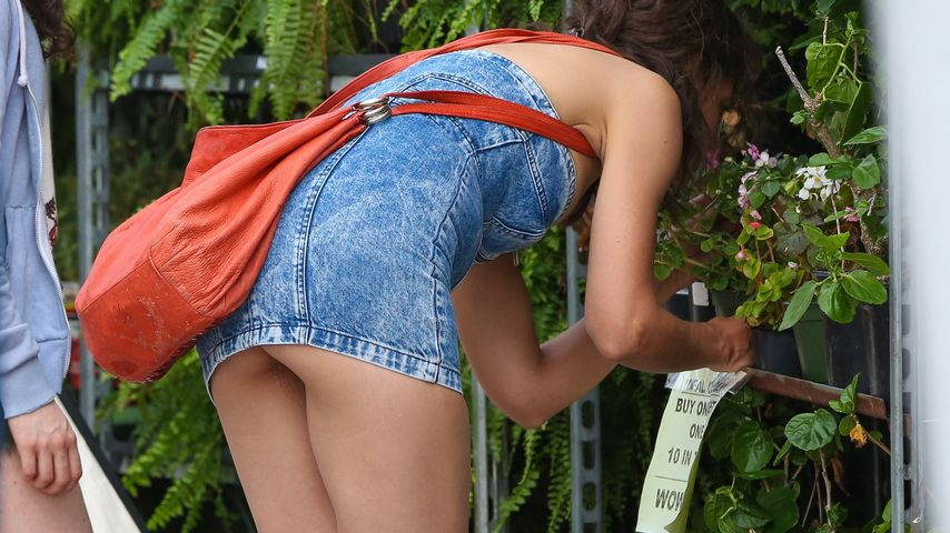 Popo-Blitzer! Katie Holmes entblößt ihren nackten Hintern