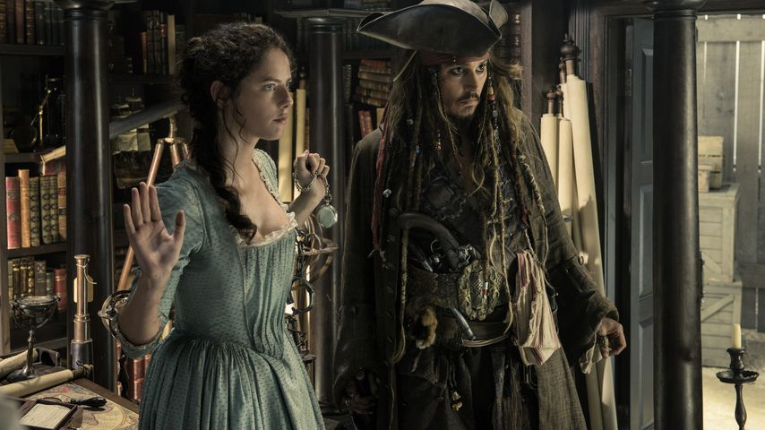 "Kaya Scodelario und Johnny Depp in ""Pirates of the Caribbean: Salazars Rache"""