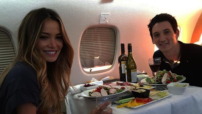 Keleigh Sperry und Miles Teller im Flugzeug