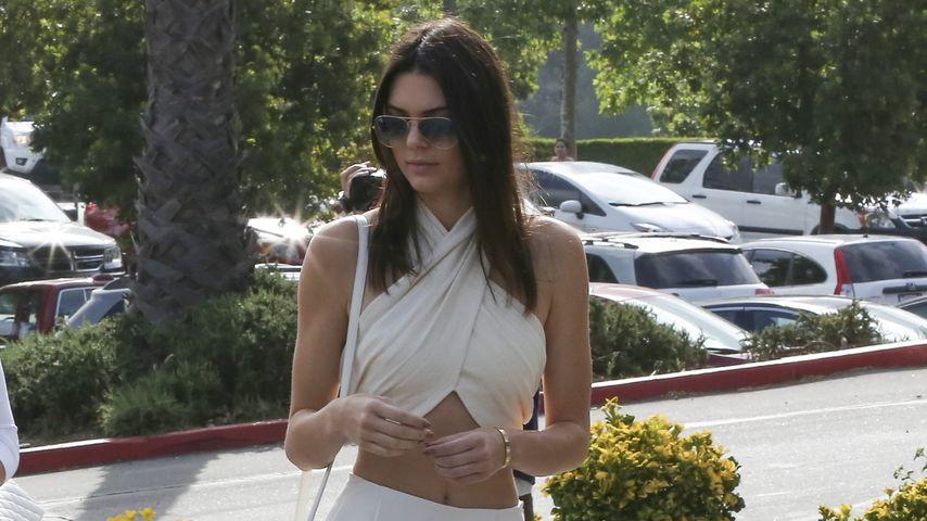 Unschuldsweiß? Kendall Jenner geht bauchfrei in die Kirche!