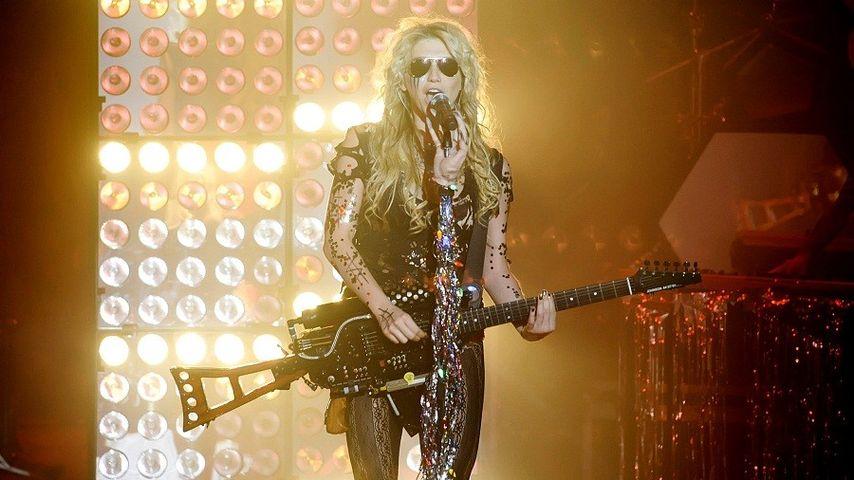 Kesha rockt mit Maschinen-Gewehr