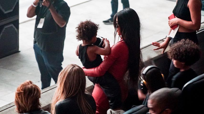 Kim Kardashian mit ihrem Sohn Psalm auf Kanye Wests Album-Release-Party