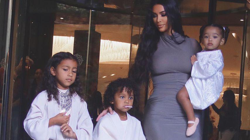 Kim Kardashian mit ihren Kindern North, Saint und Chicago