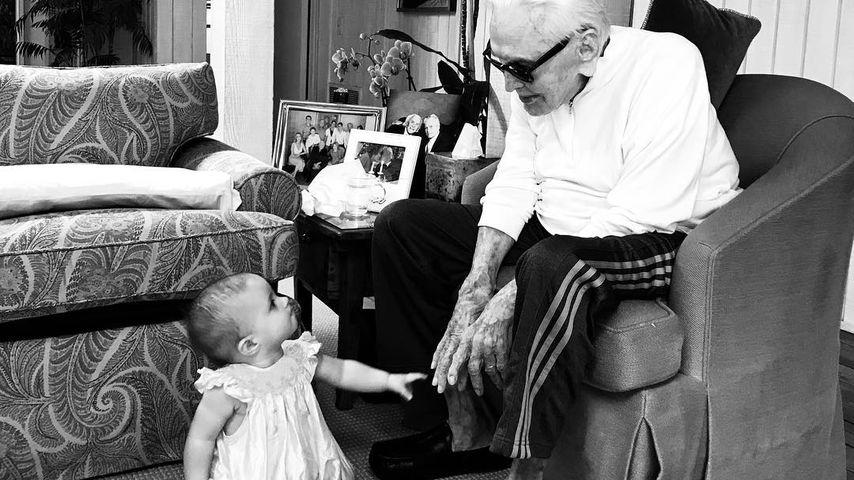 Kirk Douglas & Urenkelin: 100 Jahre Unterschied in einem Pic
