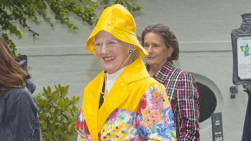 Was für ein Royal-Outfit: Königin trägt schrille Regenjacke!
