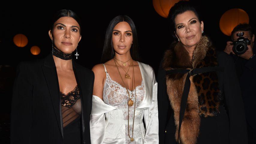 Kourtney und Kim Kardashian mit Mutter Kris Jenner während der Pariser Fashion Week 2016