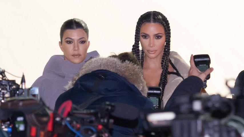 Kourtney und Kim Kardashian bei der Yeezy Fashion Show im März 2020