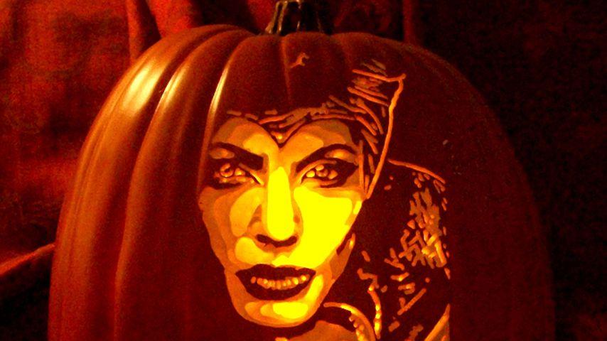 Angelina Jolie als Maleficent auf einem Halloween-Kürbis von Künstler Alex Fer