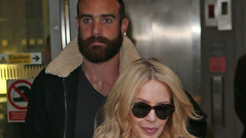 Trotz Verlobung: Knutscht Kylie Minogues Toyboy fremd?