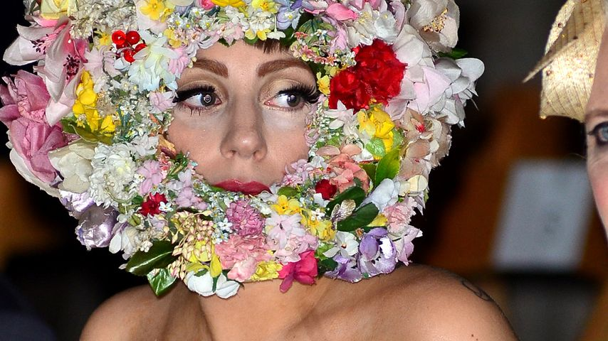 Lady GaGa: Mit blumigem Motorrad-Helm zur LFW