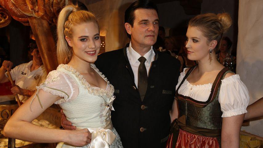 Larissa Marolt mit Papa Heinz (m.) und Schwester Lisa Marie (r.)