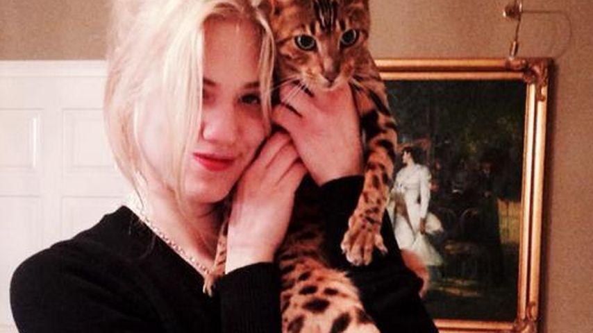 Miau! Larissa Marolt mit der Katze im Partnerlook