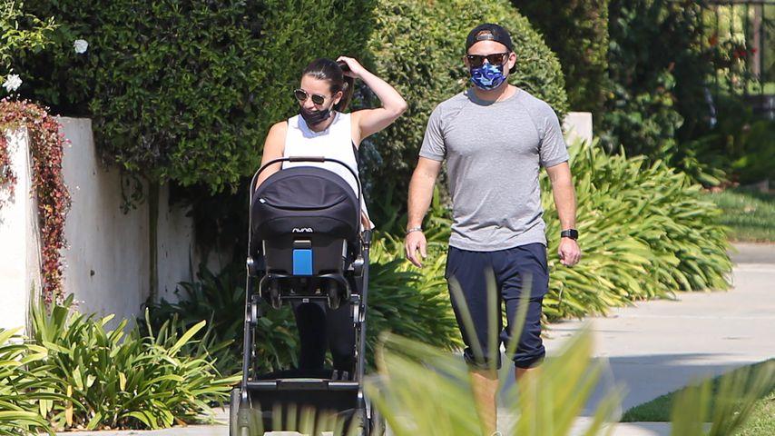 Ganz lässig: Neu-Mama Lea Michele spaziert mit Mann und Baby