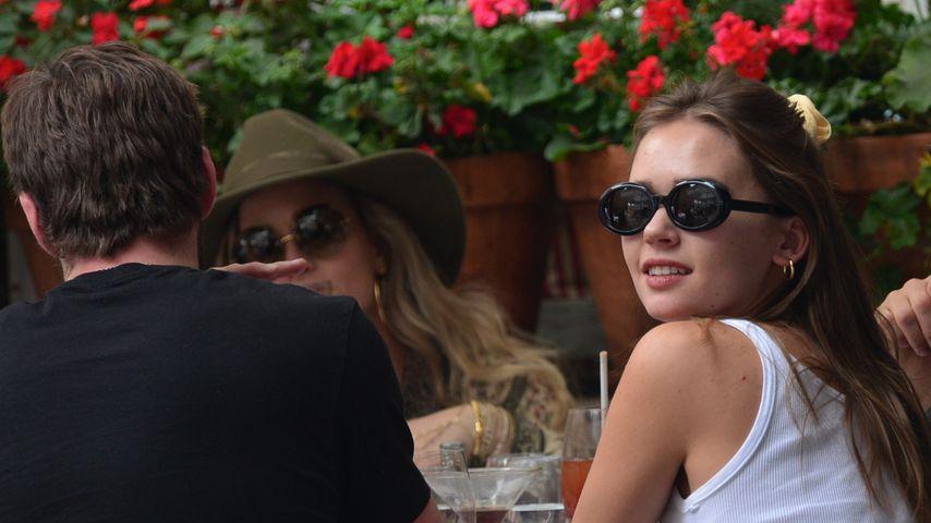 Liam Hemsworth und Gabriella Brooks mit Freunden im Ivy, Beverly Hills