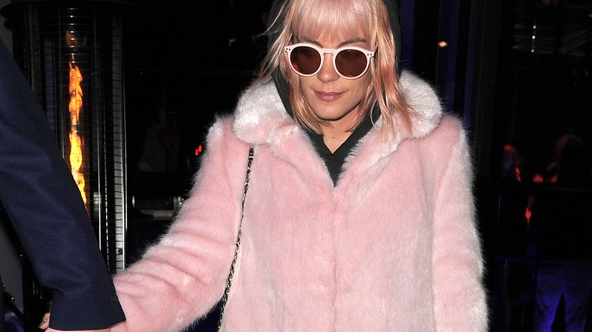 Was ist das? Lily Allen im rosa Plüsch-Albtraum