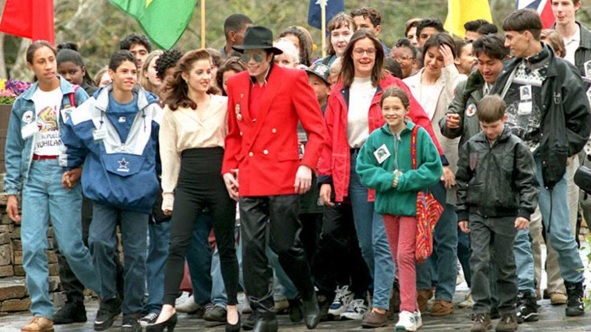 Lisa Marie Presley und Michael Jackson mit Kindern beim Betreten der Neverland Ranch