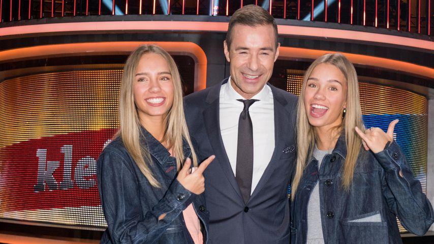"""Lisa und Lena mit Kai Pflaume bei der Aufzeichnung der TV-Show """"Klein gegen Groß"""""""