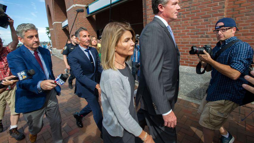 Lori Loughlin und Mossimo Giannulli verlassen ein Gerichtsgebäude in Boston