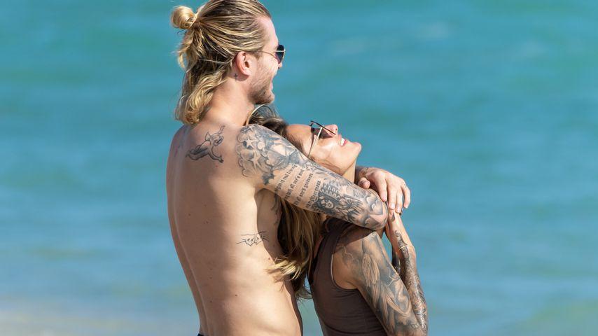 Loris Karius und Sophia Thomalla am Strand von Miami