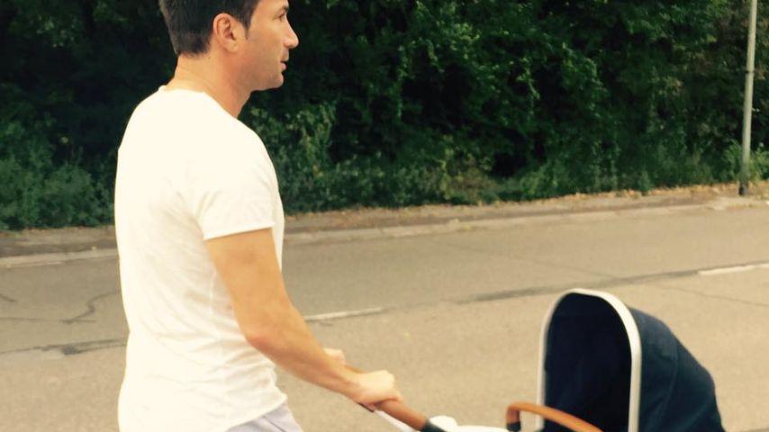 Stolzer Papa! Lucas Cordalis' 1. Spaziergang mit Baby-Sophia