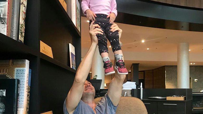 """Papa ist der Stärkste"": Lucas Cordalis bespaßt Klein-Sophia"