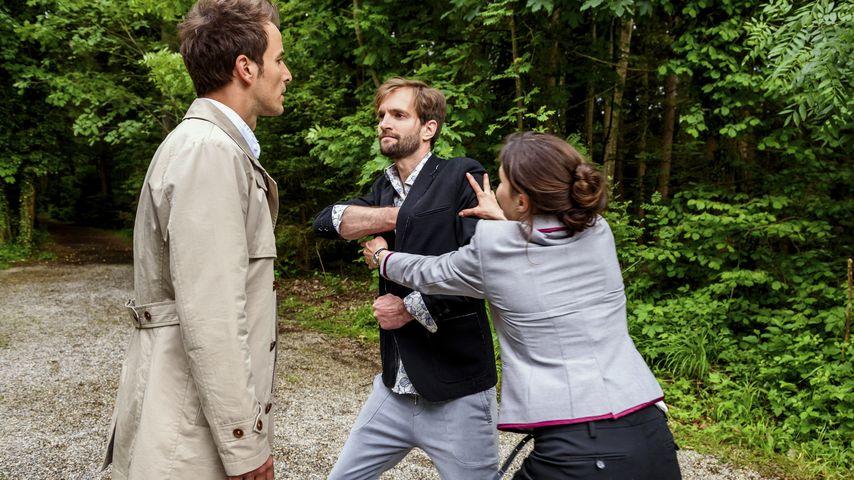 Clara glaubt, dass Adrian in Gefahr ist und reißt Lucien zu Boden