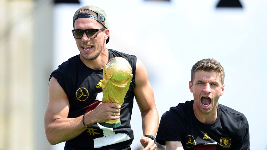 Lukas Podolski und Thomas Müller am Brandenburger Tor in Berlin