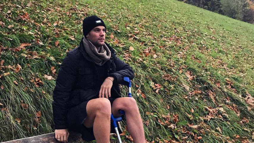 Manuel Neuer mit Krücken bei einem Spaziergang