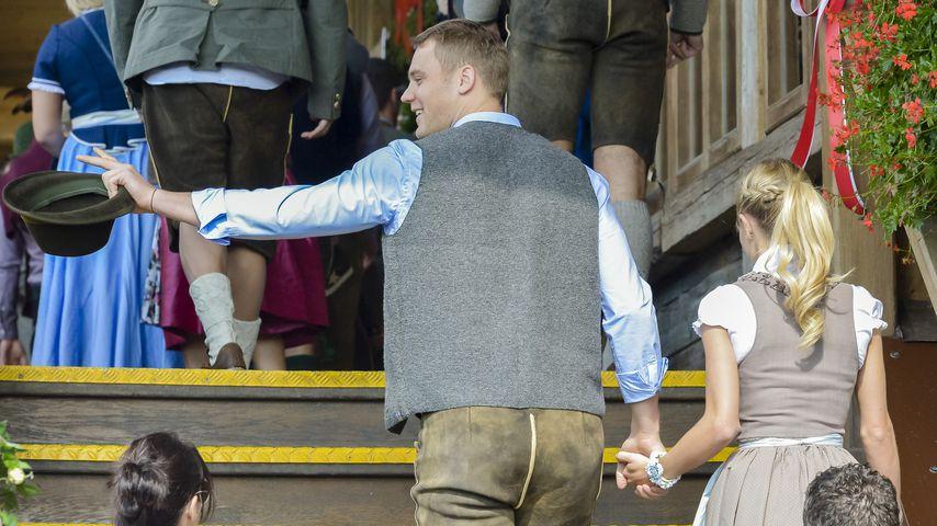 Umschwärmt: Manuel Neuer liegen die Girls zu Füßen